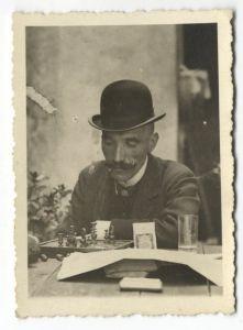 Antun Gustav Matoš za vrijeme prvoga ilegalnog boravka u Hrvatskoj u Zlataru igra šah