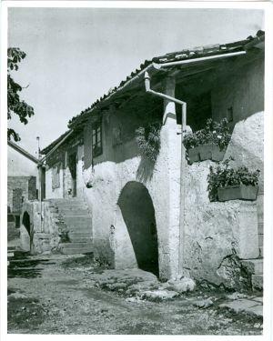 Kamena kuća s dvorištem [Gavazzi, Milovan (1895-1992) ]
