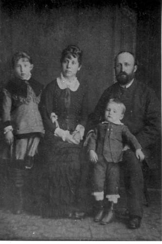 Obitelj Slave Raškaj - otac Vjekoslav, majka Olga, sestra Paula i brat Jurica