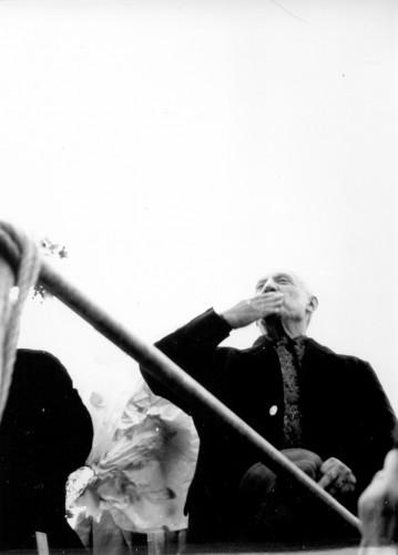 Pablo Picasso šalje pozdravni poljubac okupljenima [Barbić, Vesna (1925-) ]