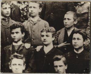 Detalj s grupne đačke fotografije: Matoš je u trećem redu odozdo, prvi zdesna