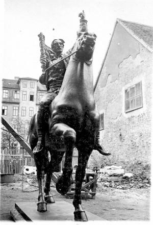 Konjanička figura za spomenik Palim Nišlijama