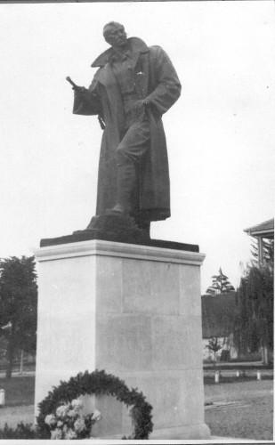 Radauš, Vanja(1906-1975): Spomenik heroju Nikoli Miljanoviću Karauli u Podravskoj Slatini ]