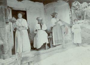 Seoske žene obrađuju konoplju [Boranić, Dragutin  ]