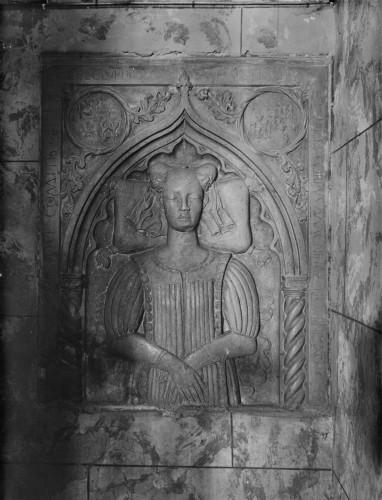 Crkva Svetog Franje (Senj) : nadgrobna ploča Ižote d'Este, supruge kneza Stjepana II. Frankopana