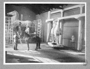 Augustinčić, Antun: Izrada konja za spomenik Jozefu Pilsudskom prema živom modelu u atelijeru Antuna Augustinčića ]