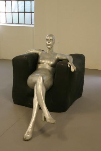 Sjedeća ženska figura