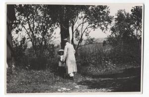 A. G. Matoš u Zlataru (pozadina) s malom Zoricom Pisačić