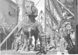 Spomenici kralju Petru i Aleksandru Karađorđeviću u procesu montaže ispred ljevaonice Umjetničke akademije u Zagrebu (ALU)