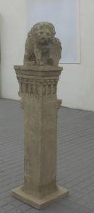 Pilastar s grbom Nimire i lavom Andrija Aleši