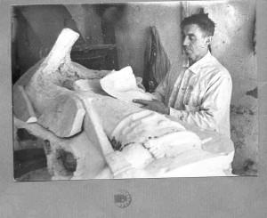 Augustinčić, Antun: Ljevač Franjo Bubanj izrađuje kalup za nogu spomenika Jozefu Pilsudskom ]