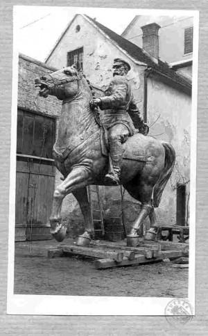 Spomenik Jozefa Pilsudskog u dvorištu ljevaonice ALU u Zagrebu