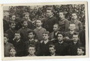 Detalj s grupne đačke fotografije: Antun Gustav Matoš je u trećem redu odozdo, drugi zdesna
