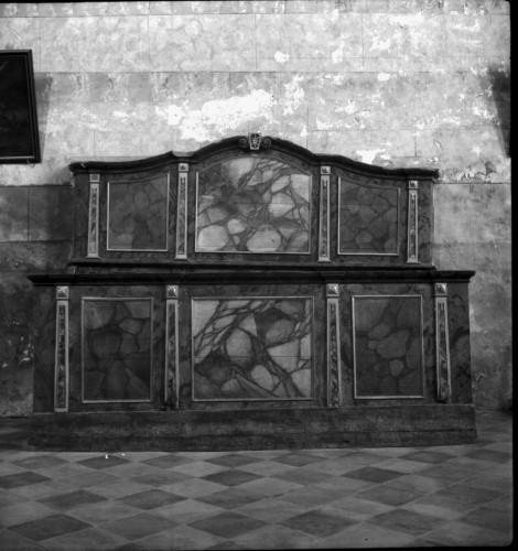 Crkva Svetog Ivana Krstitelja (Kloštar Ivanić) : svetište, klupe