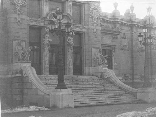 Deutsch, Julije(1859 1922-6-7) ; Hoenigsberg, Leo(1861 1911-5-2) ; Korb, Flóris ; Giergl, Kálmán: Ulazno stepenište Umjetničkog paviljona ]