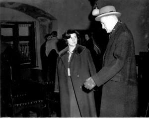 Vesna Barbić i George F.Kennan, ambasador SAD u Jugoslaviji, u Atelijeru Meštrović