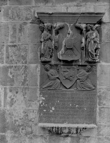 Crkva Svetog Franje (Senj) : posvetna ploča s grbovima Ferdinanda I. Habsburškog i Ivana Lenkovića [Griesbach, Đuro]