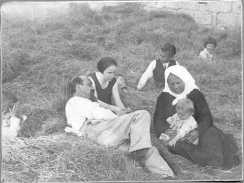 Ivan Meštrović s majkom, sestrom Birom i djecom brata Marka, Otavice, 1927. ]