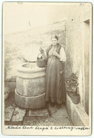 Djevojka na bunaru (Istra)