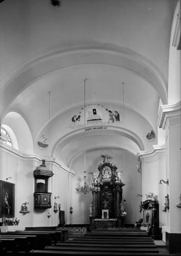 Crkva Svetog Ivana Nepomuka (Glina) : unutrašnjost s oltarom i propovjedaonicom [Griesbach, Đuro  ]