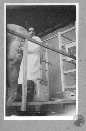 Kipar Antun Augustinčić u atelijeru pri izradi spomenika Jozefu Pilsudskom