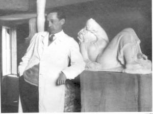 Kipar Antun Augustinčić u svom atelijeru pored sadrene skulpture Odmor/Odmaranje
