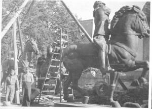 Spomenik kralju Petru i Aleksandru - montiranje u dvorištu ljevaonice Umjetničke akademije u Zagrebu (ALU)