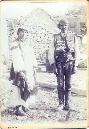 Djevojka iz Đevrsaka u svečanoj i čovjek u svakidašnjoj odjeći [Radić, Antun (1868-1919) ]