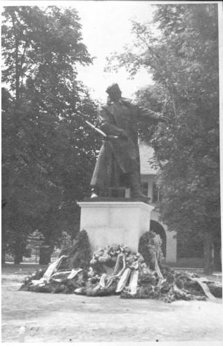 Radauš, Vanja(1906-1975): Spomenik heroju Ivi Marinkoviću u Orahovici ]