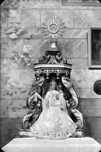 Crkva Svetog Ivana Krstitelja (Kloštar Ivanić) : kip Majke Božje pod baldahinom [Griesbach, Đuro (1911-10-25 1999-3-31) ]