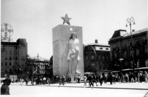Kulisa za Spomenik bana Jelačića u Zagrebu, srpanj 1945. - za Kongres AFŽ