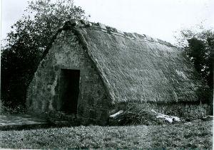 Kamena kuća sa slamnatim krovom