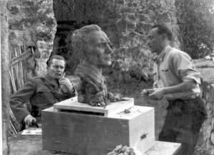 Antun Augustinčić modelira portret maršala Tita u Jajcu