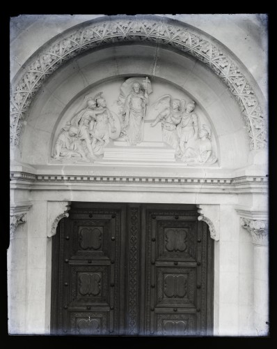 Katedrala sv. Petra (Đakovo) : Uskrsnuće Kristovo, reljef u luneti iznad glavnog portala