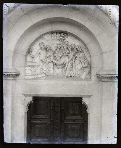 Katedrala sv. Petra (Đakovo) : Isusa polažu u grob, reljef u luneti iznad bočnog portala