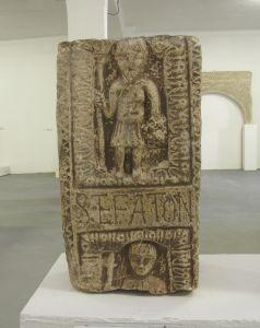 Fragment dovratnika s natpisom i likom Stefatona kninska klesarska radionica