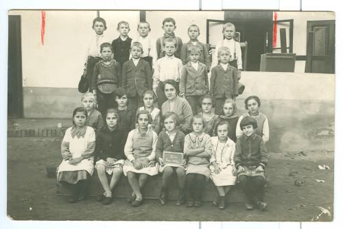 Hrvatska školska djeca iz Boke s učiteljicom ]