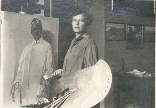 Nasta Rojc sa slikarskom paletom pred portretom