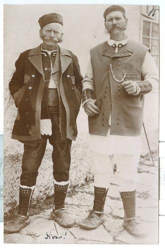 Dva muškarca iz Smiljana: Ante Milković zvan ''Antina'' (kovač, u zimskoj odjeći) i Božo Franić zvan ''Bojur'' (u ljetnoj odjeći) [Simonović, Radivoj (1858-1950) ]