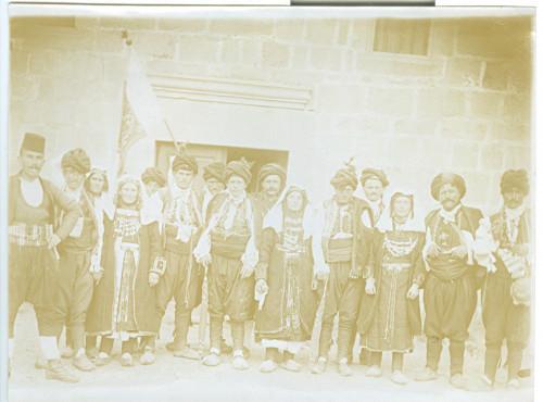 Djevojke i mladići u nošnji (seoskom odijelu)