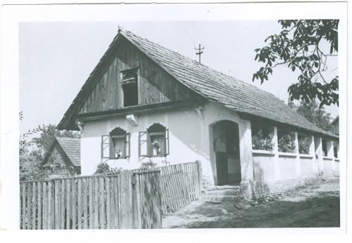 Kuća Franje Bužak - drvena od pljitera, dalje podzidana ciglom. [Benković, Vlado]
