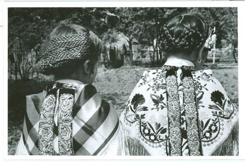 Dvije djevojčice u narodnoj nošnji počešljane na tradicionalan način [Karalić, Lucija]