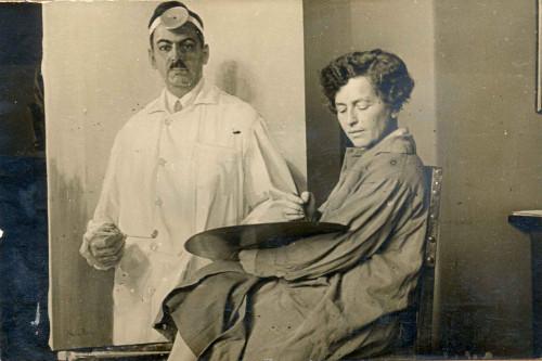 Nasta Rojc pred portretom liječnika