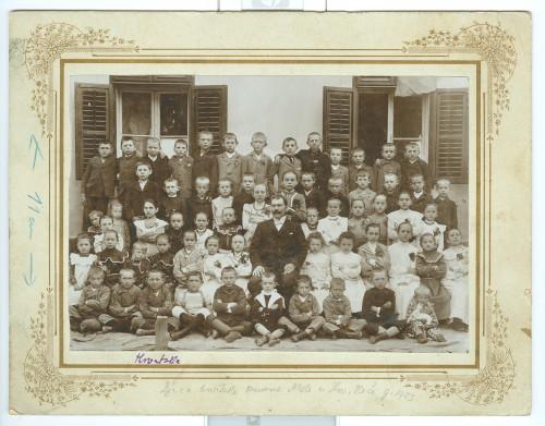 Djeca u osnovnoj školi u Hrvatskoj Keči ]
