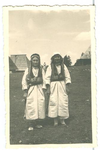 Dvije djevojke u nošnji: Mande Blažević [Horak, Leopold]